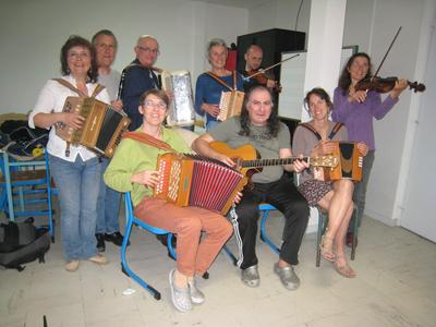 """Membres de l'atelier musique folk """"les Saute-Boutons"""" de l'école de musique de Buxerolles"""
