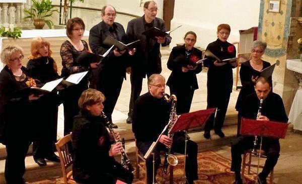 Choristes des Dames en choeur au pays des Buis et clarinettes de l'atelier Syrinx au cours du concert de Noël 2012