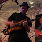 Benoît Bertret jouant de la guitare électrique pendant un concert de Bushy Sweep
